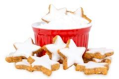Cynamon gwiazdy i sproszkowany cukier Zdjęcia Stock