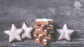 Cynamon gwiazdy na drewnie zdjęcia stock