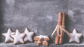 Cynamon gwiazdy na drewnie zdjęcia royalty free