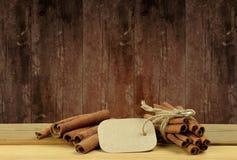Cynamon na drewnianym tle zdjęcia royalty free