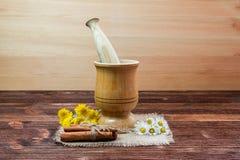 Cynamon, stokrotka drewniany tłuczek Fotografia Royalty Free