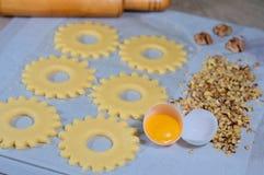 cynamonowa kulinarna mąkę składników jaja orzechów przyprawy waniliowe cukru Kulinarny miodownik, jajko, toczna szpilka i orzechy Fotografia Stock