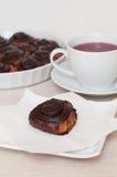 Cynamonowe czekolad rolki, herbata i Obrazy Stock