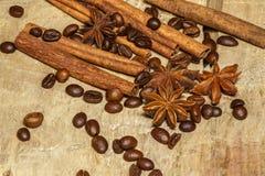 Cynamonowe i kawowe fasole, anyż grają główna rolę - miksturę pikantność na drewnianym stole na widok Zakończenie obrazy stock