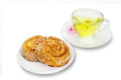 Cynamonowe rolki z chryzantemy herbatą na białym tle, clippi Zdjęcie Stock