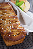 Cynamonowego jabłczanego ciągnienia w oddaleniu chleb Fotografia Royalty Free