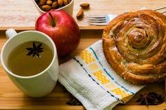 Cynamonowej rolki śniadaniowy jabłko i herbaciany drewniany backgroud fotografia royalty free