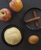 cynamonowi jabłek deskowi goździki przeciął składnik pasztetową będą czerwone Ciasto, jabłko plasterki Fotografia Royalty Free