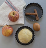 cynamonowi jabłek deskowi goździki przeciął składnik pasztetową będą czerwone Ciasto, jabłko plasterki Zdjęcie Stock
