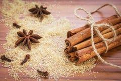 Cynamonowi kije, brown cukier i gwiazdowy anyż, zdjęcie stock