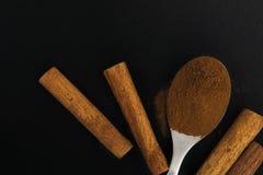 Cynamonowi kije i cynamonu proszek w herbacianej łyżce Zdjęcia Stock