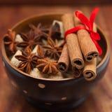 Cynamonowi kije i gwiazdowy anyż na brown cukierze Fotografia Royalty Free