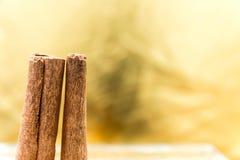 Cynamonowi kije na żółtym tle zdjęcia stock