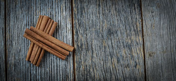 Cynamonowi kije na Nieociosanym drewnie Obrazy Royalty Free