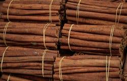 Cynamonowi kije na wiązanych rolkach Canella pikantności naturalny brown aromatyczny tło Zdjęcie Stock