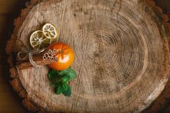 Cynamonowi kije wiążący i pomarańczowa mandarynka, zielona świeża mennica, wysuszeni cytryna plasterki na drewnianym tle selekcyj obrazy royalty free