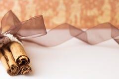 Cynamonowi kije z organza burlap i faborkiem Fotografia Stock