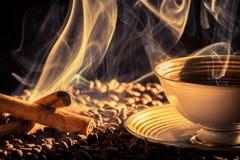 Cynamonowy perfumowanie piec kawa zdjęcia royalty free