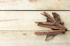 Cynamonu i ziele kije na drewnianym Zdjęcia Stock