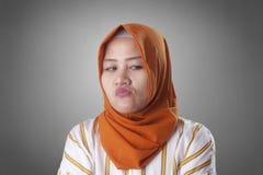 Cynisk muslimsk kvinna som ser till sidan royaltyfria bilder