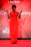 Cynthia Bailey anda a pista de decolagem no vermelho ir para a coleção vermelha 2015 do vestido das mulheres Imagens de Stock