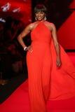 Cynthia Bailey anda a pista de decolagem no vermelho ir para a coleção vermelha 2015 do vestido das mulheres Imagem de Stock Royalty Free