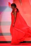 Cynthia Bailey anda a pista de decolagem no vermelho ir para a coleção vermelha 2015 do vestido das mulheres Foto de Stock Royalty Free