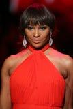 Cynthia Bailey anda a pista de decolagem no vermelho ir para a coleção vermelha 2015 do vestido das mulheres Foto de Stock