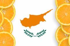 Cypern flagga i vertikal ram för citrusfruktskivor arkivbild