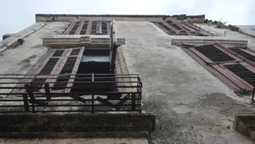 Cypern husbyggnad stänger med fönsterluckor gammalt smula se för gammal balkong uppåt arkitektonisk royaltyfria foton