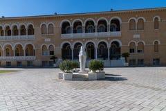 Cypern i grek, Nicosia, gammal stad, monumentärkebiskopen Makarios och ärkebiskoplig slott royaltyfri fotografi