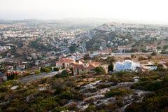 Cypern landskap med bergbyn Arkivbilder