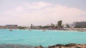 Cypr, Ayia Napa, Denny kurort, odpoczynek na dennej plaży, ludzie kąpać i sunbathe na morze plaży zbiory