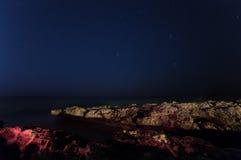 Cypr Gwiaździsty niebo i morze horyzont Powulkaniczna zatoka cypla rozciąganie w morze Fotografia Stock