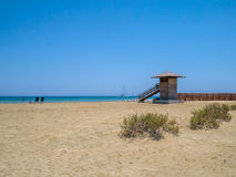 Cypr plaża w wczesnym lecie z niebieskim niebem, błękitnym morzem i żaglem, Obraz Royalty Free