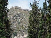 Cypressen och stärker kullen från TAORMINA-stad i SICILIEN Fotografering för Bildbyråer