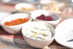 Cypriotiskt meze- och kebapgrillfestparti i trädgården med läckert blandningkött och fega kebaps fotografering för bildbyråer