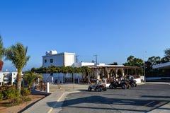 CYPRUS, Ayia Napa, - 20 September, 2015: Een straatkoffie De mensen hebben ontbijt op de straat worden geparkeerd een vierlingfie Royalty-vrije Stock Afbeelding