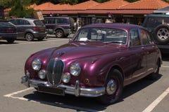 cyprus Den gamla bilen är i parkeringsplatsen Royaltyfria Foton
