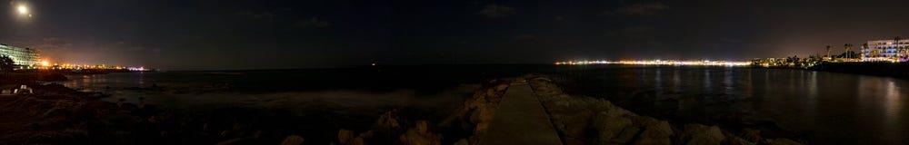 Cyprus, Paphos, het panoramalichten van de nachtstad, kustlijn en overzees royalty-vrije stock foto's