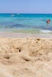 cyprus Protaras Échouez la sculpture sous forme de prendre un bain de soleil l'homme fait de sable sur les enfants de plage Photo libre de droits