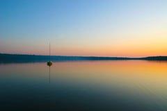 日落和小船在Cyprus湖, Tobermory 免版税库存照片
