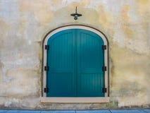 Cyraneczki drzwi Przeciw Kamiennej ścianie Zdjęcie Stock