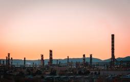 Cyraneczki i pomarańcze nastrój fabryczna Dymna sterta zakład petrochemiczny - rafineria ropy naftowej - zdjęcia stock