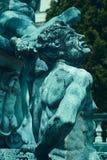 Cyraneczki narzuty skutek na dekoracyjnej fontannie z statuami przed Peles kasztelem, Sinaia, Rumunia obraz royalty free