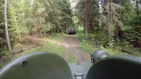 Cysternowy jeżdżenie w lesie zdjęcie wideo