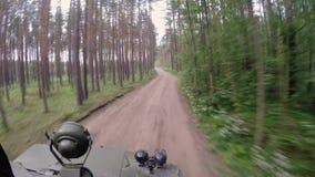 Cysternowy jeżdżenie w lesie zbiory wideo