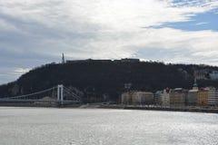 Cytadela zabytek na Gellert wzgórzu w Budapest i rzecznym d fotografia royalty free