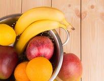 Cytrusów banany na drewnianym tle i owoc Zdjęcie Royalty Free