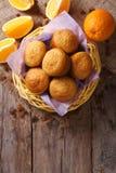 Cytrusów muffins i świeży pomarańcze zakończenie Pionowo odgórny widok Zdjęcie Stock